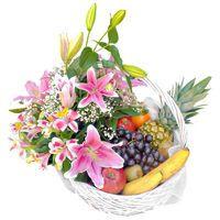 Корзина с фруктами оформленная цветами